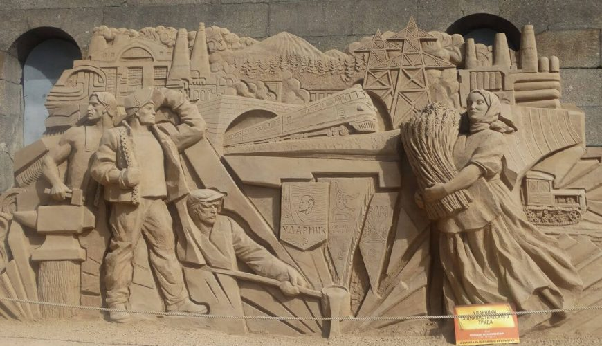 sculpture of the development of the USSR